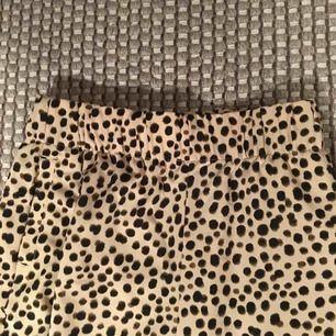 Raka byxor från monki i leopard-ish mönster! Använda 2 gånger