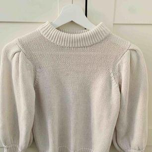 Stickad tröja med lite puffarm från Gina Tricot! I princip helt oanvänd  Köparen står för frakten 🖤 Ansvarar ej för postens slarv