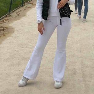 Säljer dessa vita bootcut jeansen från dr denim i strl XS, säljer pga för små.