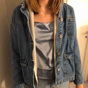 Hej! Säljer denna snygga jeansjacka som tyvärr inte kommit till någon användning alls, så i nyskick! Prislapp kvar och allt. Jag är i vanligtvis en Xs- S och sitter snyggt på mig! Kan mötas upp i stockholm!💕💕💕