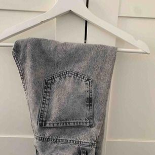 Trendiga jeans mom jeans från Gina Tricot i grått!  Knappt använda samt avklippta nertill Köparen står för frakten🖤  Ansvarar ej för postens slarv