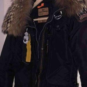 Säljer min äkta parajumper jacka pga av att jag tycker den är lite för stor på mig. Den är i nyskick och kvitto finns 😄