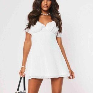 Jättefin vit klänning från Missguided, aldrig använd! Storlek 38 men funkar på mig som är en 36a. Säljer då den är för stor i bysten tyvärr. Perfekt till student! Kan fraktas eller mötas upp i Stockholm Täby eller Norrtälje! :)