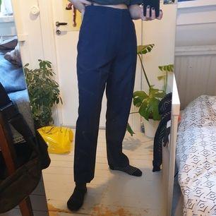 Högmidjade mörkblåa kostymbyxor. Frakt är inkluderat i priset 🤍