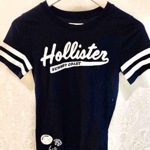 En marinblå t-shirt från märket Hollister, använd endast 4 gånger.