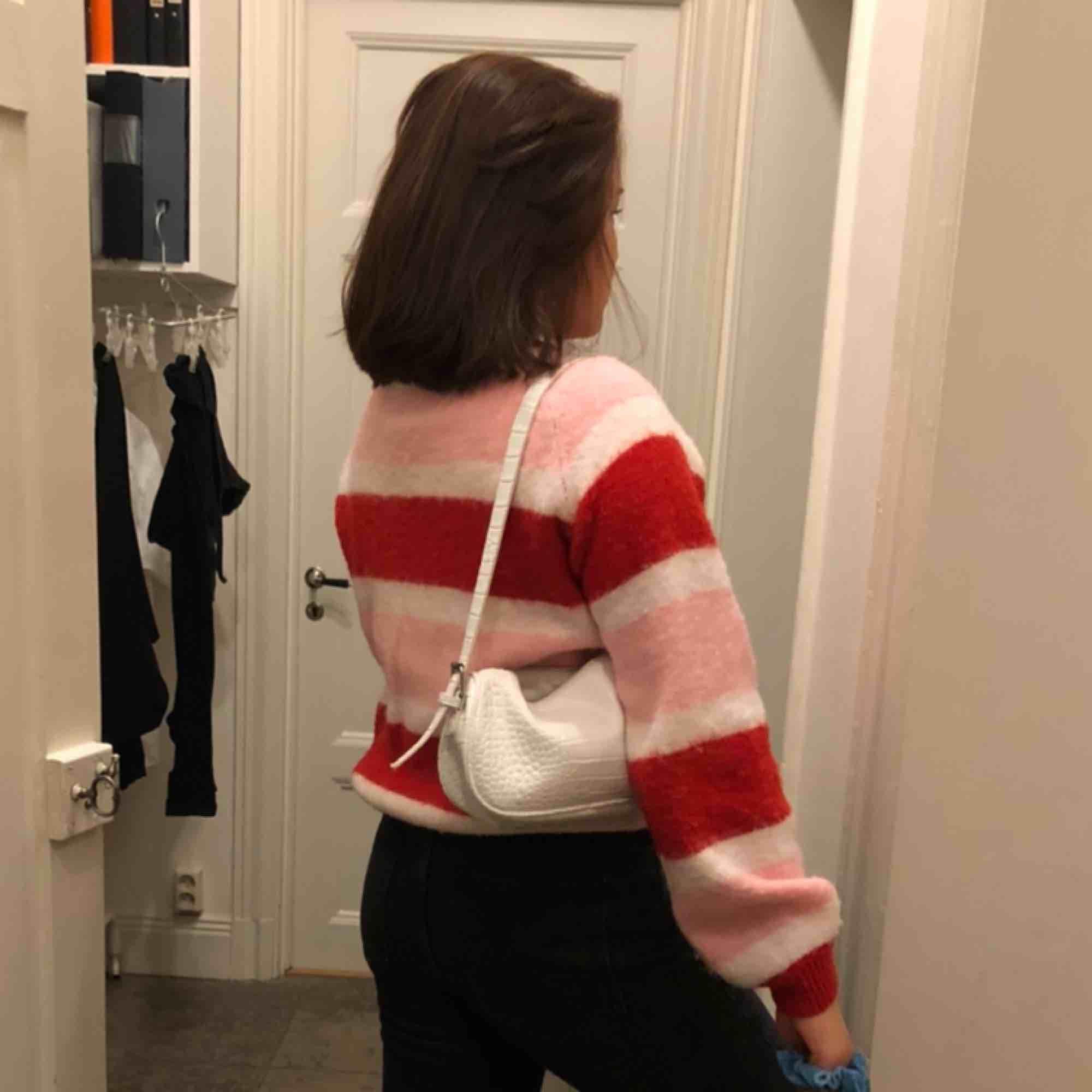 Mysig tröja som inte är mycket använd. Säljer då den ej kommer till användning . Huvtröjor & Träningströjor.