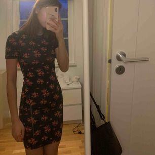 Säljer denna svarta tajta klänning i blommönster i stl XXS/XS från HM, divided. Använd 1-2 gånger och är mycket bra skick! 100kr ink frakt eller möts i Stockholm för 50kr. DM:a vid intresse eller frågor.