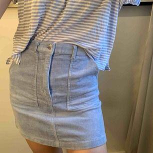 Super söt ljusblå kjol i manchester i strl 34, jätte fint skick!