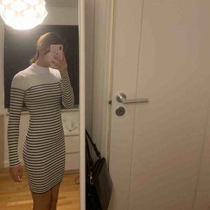 Säljer denna fina mönstrade långärmade klänning i stl  XS/S från BikBok! Mjukt och stretchigt material och kan användas som stl S också! 100kr ink frakt eller möts i Stockholm för 50kr! DM:a vid intresse eller frågor.