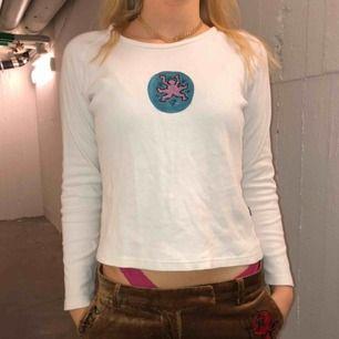 Långärmad vit tröja med handmålat Keith Haring motiv! Perfekt för att piffa upp en tråkig outfit🤟 Modellen bär vanligtvis storlek S
