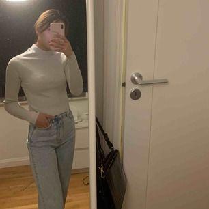 Säljer denna fina lite tjockare ljusgråa tröja i stl S från GinaTricot! Skönt material och stretchig. Använd 1-2 gånger och är i mycket bra skick! 100kr ink frakt eller möts i Stockholm för 50kr! DM:a vid intresse eller frågor.