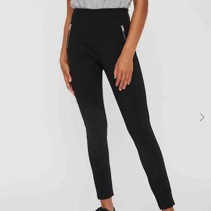 Snygga och sköna byxor från Vero Moda, använda en gång då det blev fel storlek. Ord pris: 350kr Köpare står för frakt