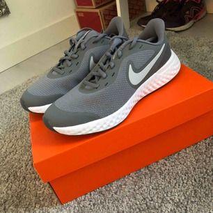 Helt nya skor från nike, endast testade. Priset går att diskutera vid snabb affär. Köparen står för frakten men jag möts även upp i Borlänge/Falun.