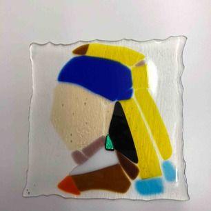 """En collage av den kända tavlan """"Girl with the pearl earing"""" som jag själv har gjord/skapat!   Material: olika färgade glas bitar !   Sista bilden är fjäder också gjord av olika glas bitar💕"""