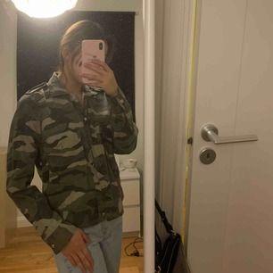 Säljer denna fina tunnare jeans jacka i camouflage i stl XS från GinaTricot! Använd 2-3 gånger och är i mycket bra skick! 150kr ink frakt eller möts i Stockholm för 100kr. DM:a vid intresse eller frågor.