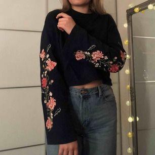 Unik mörkblå tröja från H&M. Kort modell med utsvängda armar. Jätte fin brodyr i form av rosa blommor efter armarna. I nyskick. Skriv om ni vill ha bättre bilder☺️+40kr i frakt💞