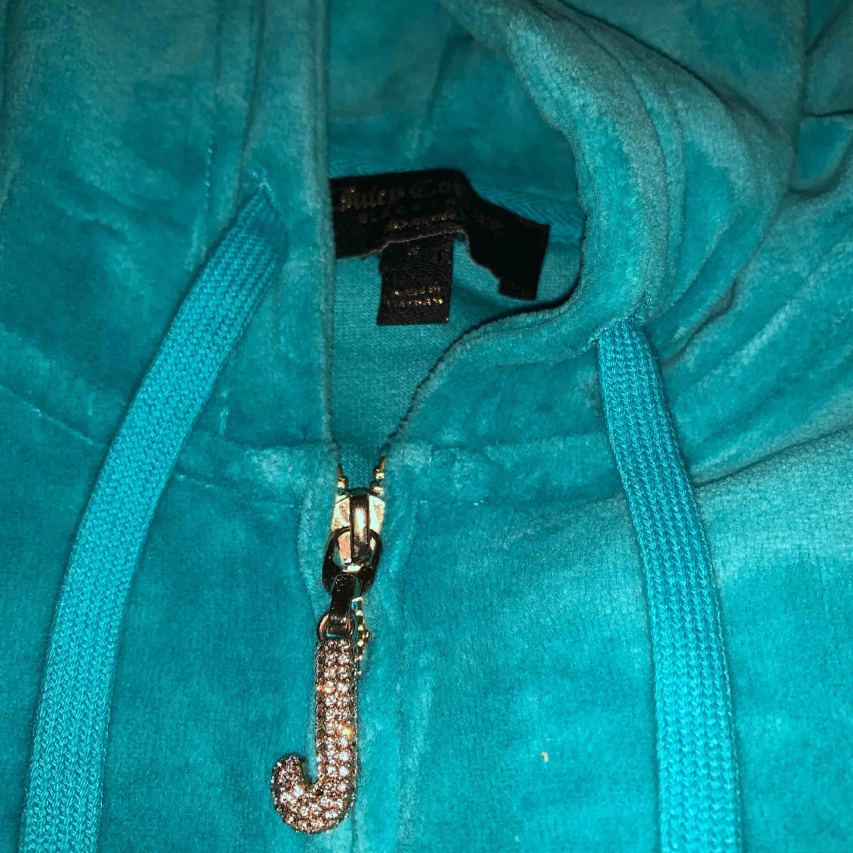 Turkos Juicy couture tröja, härlig färg, i bra skick! . Huvtröjor & Träningströjor.