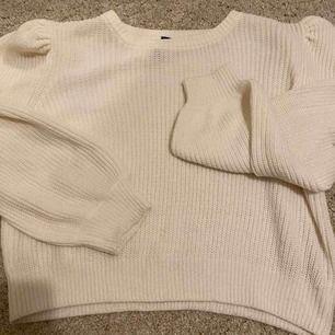 Stickad tröja från hm med puffaxlar, använd max 2 gånger väldigt fint skick. Säljer då det inte längre är min stil. Köparen står för frakten