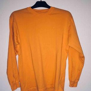 Oversized tröja från junkyard. Bra skick, frakt tillkommer. Orange/gul.