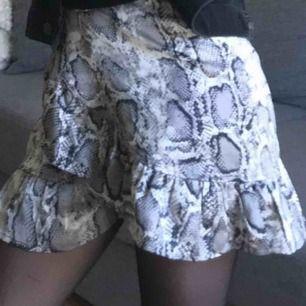 Snakeprint kjol i satin