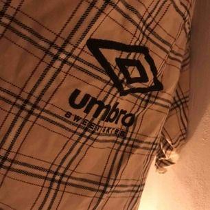 - Umbro X Sweet sktbs - coola detaljer på ryggen och under armarna