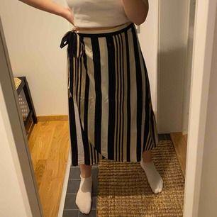 Omlott kjol, aldrig använd endast testad. För stor för mig med 40/M på nederdelar. Jag är 165cm. Frakt ingår i priset.