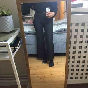 Säljer mina knappt använda kostymbyxor. De är svarta med ljusgrå ränder. De slutar mitt på naveln på mig och är väldigt sköna.
