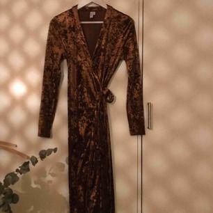 Omlottklänning i sammet från & Other Stories. Använd någon enstaka gång. Hämtas på Södermalm, Sthlm.
