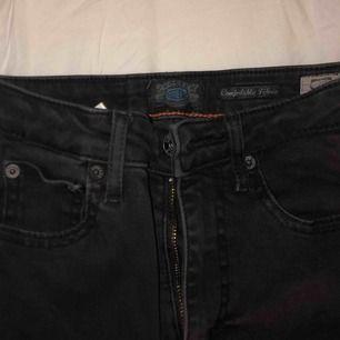 Grå/svarta jeans från crocker som tyvärr blivit för små (är 165 cm) sitter tajta hela vägen ner, modell 212. Jättefina & sköna, använde dessa mycket förut innan dom blev för små, frakt tillkommer💕