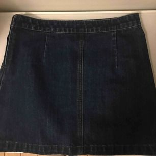 Bra skick bara använd 1 gång. Jeans kjol mörk blå. Frakt 59. Kan även mötas upp i Sthlm