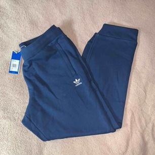 Superfina blåa adidas byxor! Helt nya och oanvända. För stora för mig i midjan.. Frakt ingår!