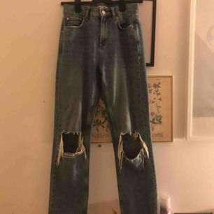 Så snygga boyfriend jeans i äkta denim med coola hål på knäna😎 De har bra och passform och perfekt längd👖