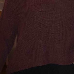 Stickad vinröd tröja från pull&bear (färgen förekommer bäst på bild 1) normal passform osv å inga skador! Säljer då jag inte använder den längre! Frakt tillkommer 💕