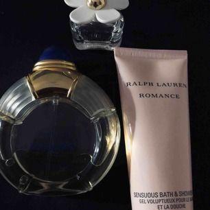 Boucheron Jaipur 50ml 199kr.  Miniatyr Daisy Marc Jacobs 80kr. Ralph Lauren Romance Bath & shower 75ml 199kr