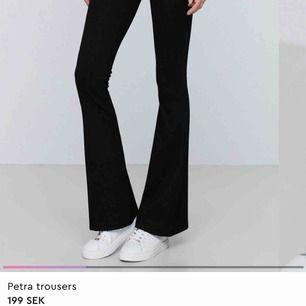 Gratis frakt, säljer oanvända utsvängda byxor från Gina tricot