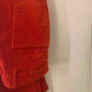 Säljer dessa röda Manchester byxor ifrån Vero Moda, byxorna är i L men är liten i storlek. Använda Max 3 gånger och är i väldigt bra skick.