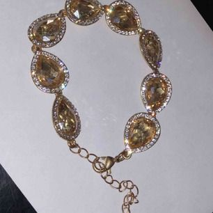 Jätte fint armband i guld och massa diamanter.  Oanvänd skick eftersom den var lite för stor på mig men storleken går att fixa mindre eller större🥰 fri frakt