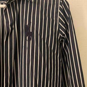 Säljer denna snygga skjorta i från Ralph lauren, strl 8 då den är köpt i London. Använd ett fåtal gånger, bra skicka.