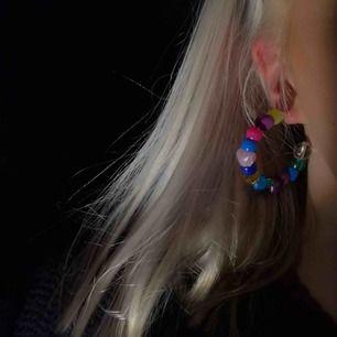 Skulle någon vara intresserad av att köpa liknande armband, halsband eller örhängen för ett billigt pris? 🤍Snyggt och trendigt nu🥳😍