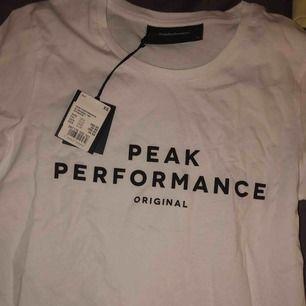 En peak t-shirt som är helt oanvänd!!! Köpt för 399kr. Jättefin och skön (råkar ha en likadan svart) bra passform!! Hör av er kring frågor, frakt tillkommer💕💕