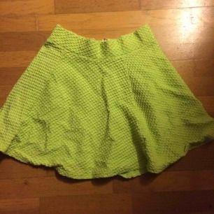 Neon klockad kjol i stl 40. Priset är inkl vanlig frakt.