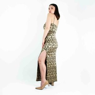 Vintage 90s patterned slip side split maxi dress in golden Label: M/L, fits best XS, S, M Model: 163/ S-M Free shipping! Read the full description at our website majorunit.com No returns