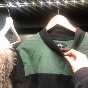 Oversized ascool långarmad tröja från Stussy. Faller ner förbi rumpan på mig som är 166cm men man kan även stoppa in den i byxorna så blir den kortare🤓 Tröjan går att styla på många najs sätt! Kan mötas upp i Stockholm eller posta!🥰