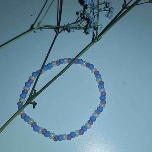 Ett jättefint designad armband som är elastisk.💜