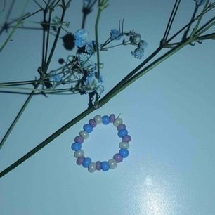 En jättesöt designad ring som är elastisk.💚