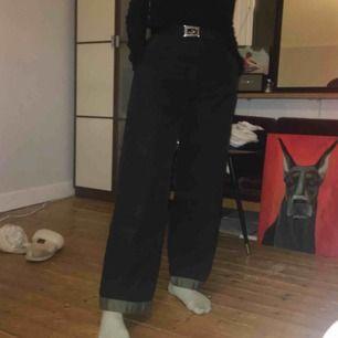 ballaste brallorna med coola dagkedjedetaljer & en ficka vid slutet av byxan på båda sidor. (fickorna syns inte om man har dragkedjan stängd) &så en grön rand vid byxbenens slut :-)