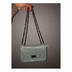 Otroligt snygg väska, kommer inte till användning, äkta leder, turkos färgad med kedja. Frakt ingår📦