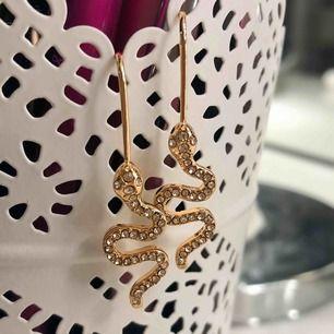 Superfina orm örhängen som tyvärr aldrig kommit till användning, säljer just därför. Glittrar jättefint i verkligheten, det var svårt att få en rättvis bild på hur fina de är. Nickelfria och jag bjuder på frakten😊