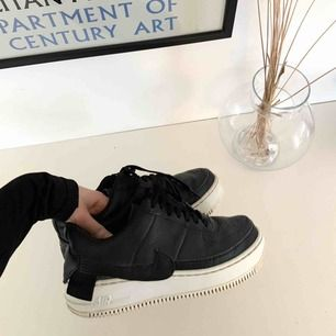 Så snygga Nike Air Force! Köpta förra våren men sparsamt använda, så därav i fint skick. De är i strl 40 men sitter perfekt på mig som har 38,5-39 i skostorlek, så jag skriver de som en 39. Nypris : 1099 kr.  Köparen sågs för frakt💕