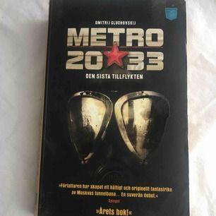 """Boken """"Metro 2033"""".Hittade denna när jag rensade i mitt rum, mitt ex gamla bok haha. Den är i helt okej skick! Vill mest bli av med den."""